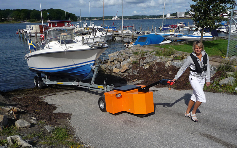HD Trailer Mover pulling 2,000Kg boat trailer up slipway in Sweden