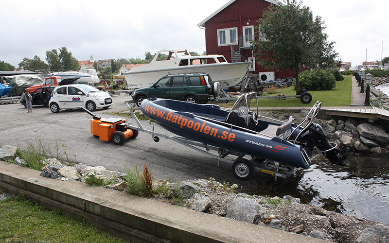 HD Trailer mover towing 1,000Kg boat trailer up slipway in Sweden
